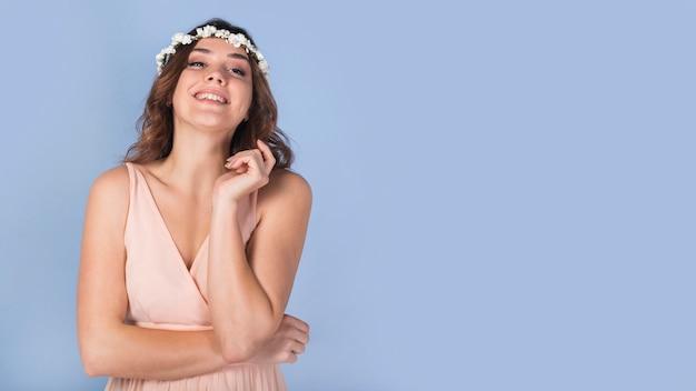 Feliz, senhora jovem, em, vestido, com, flores brancas, ligado, cabeça