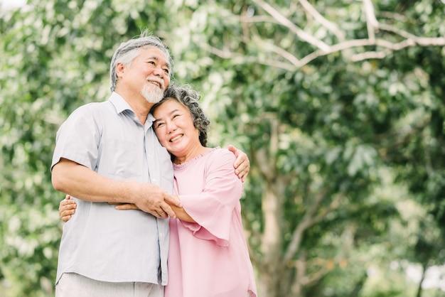 Feliz, sênior, par asiático, segurando, um ao outro