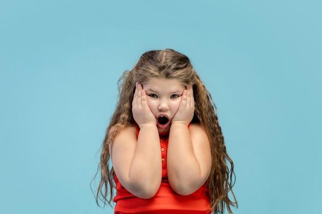 Feliz, sorridente garotinha caucasiana isolada no fundo com copyspace