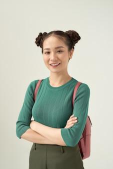 Feliz sorridente jovem estudante loira bonita com mochila. turista de mulher bonita. estudar ou viajar