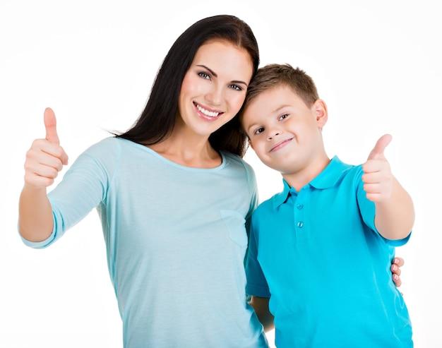 Feliz sorridente jovem mãe com filho. isolado no branco