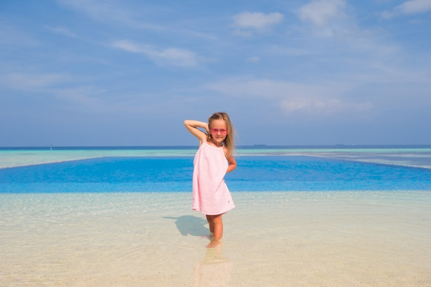 Feliz sorridente menina adorável durante as férias de verão