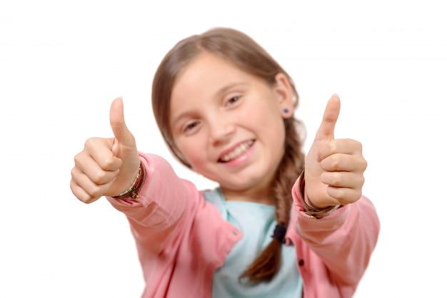 Feliz, sorridente menina jovem dando dedo no gesto