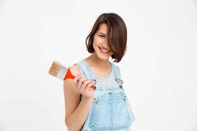 Feliz, sorridente mulher criativa com pincel