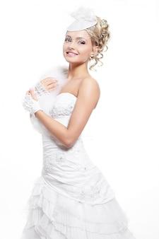Feliz sorrindo linda noiva vestido de noiva branco com penteado e maquiagem brilhante