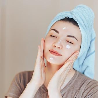 Feliz sorrindo muito linda mulher menina com toalha