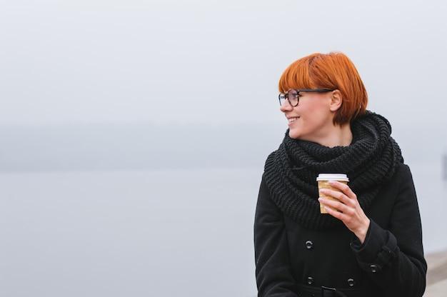 Feliz, sorrindo, turista adulto, menina, segurando papel, xícara café, e, desfrutando