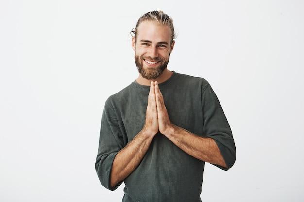 Feliz sueco maduro sentindo extremamente culpado, pedindo para perdoar