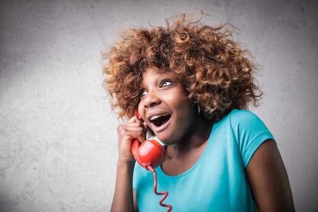 Feliz, surpreendido, menina afro, ligado, a, telefone