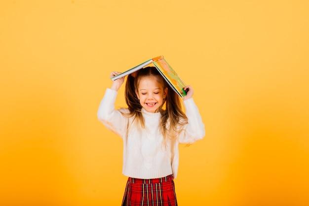 Feliz surpresa linda criança menina olhando para a câmera. emoções humanas e expressão facial