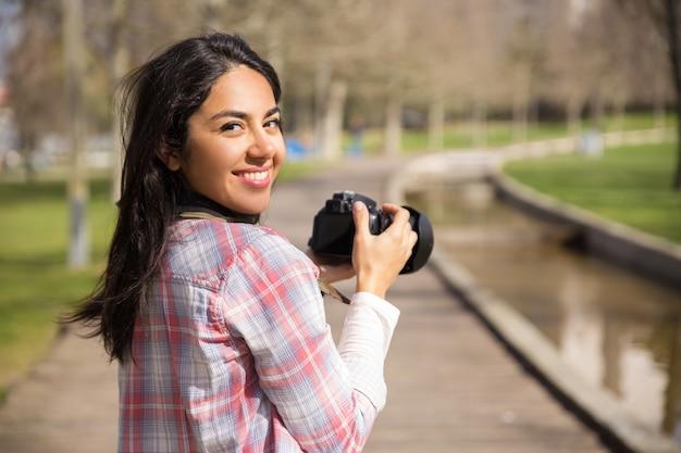 Feliz turista excitado tiro marcos