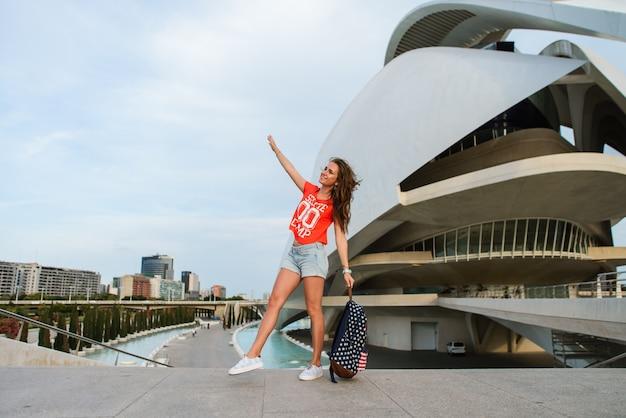 Feliz turista feminina na cidade das artes e ciências em valência