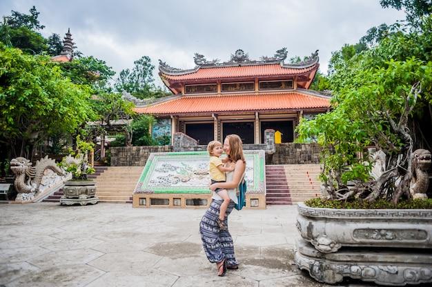 Feliz turistas mãe e filho no longson pagoda