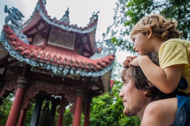 Feliz turistas pai e filho no longson pagoda