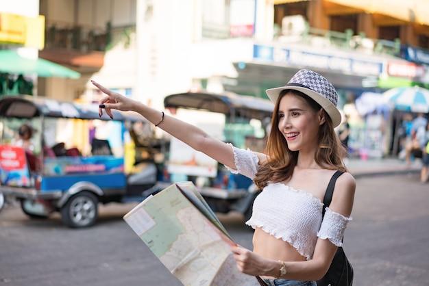 Feliz, turistas, sightseeing, cidade, com, mapa