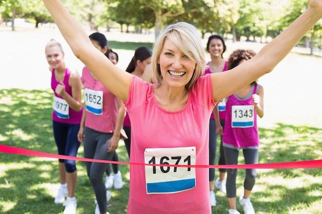 Feliz vencedor da corrida de maratona do câncer de mama