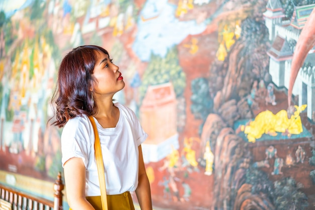 Feliz viagem asiática mulher no templo na tailândia