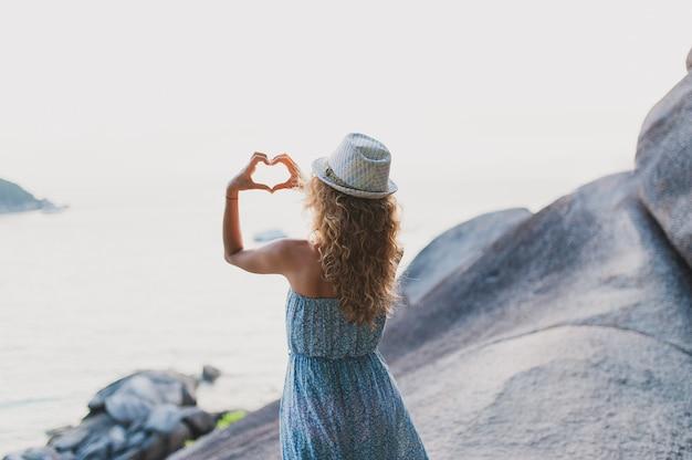 Feliz viajante fêmea no vestido azul relaxante bela natureza paisagem ilha mar praia
