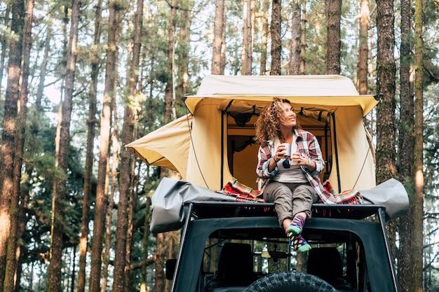 Feliz viajante hipster aproveitando as férias alternativas