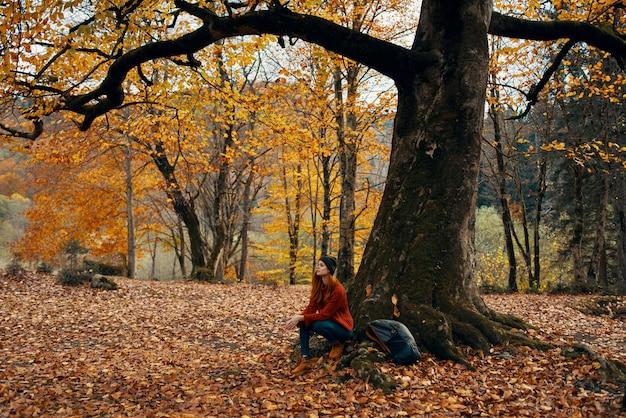 Feliz viajante no parque perto da grande árvore paisagem natureza folhas amarelas modelo de emoções