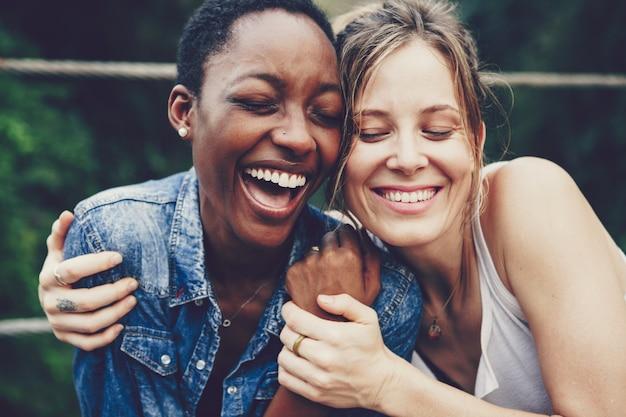 Felizes amigos abraçados