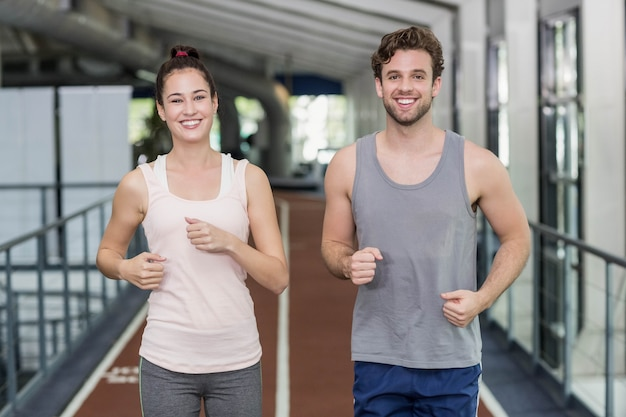 Felizes amigos correndo juntos na pista