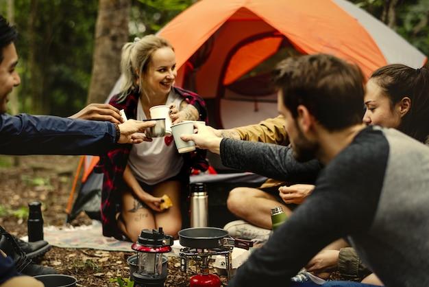 Felizes amigos em um acampamento