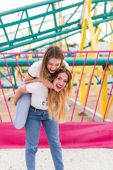 Felizes amigos no par de diversões