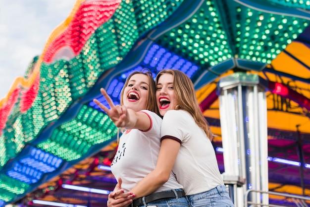 Felizes amigos no parque de diversões