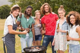 Felizes amigos no parque fazendo churrasco