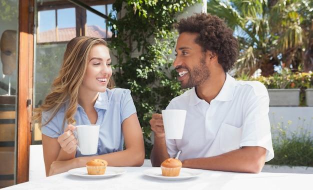 Felizes amigos tomando café juntos