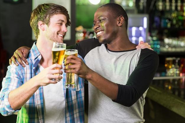 Felizes amigos tomando uma bebida