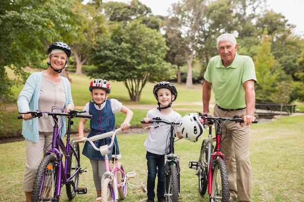 Felizes avós com seus netos em sua bicicleta
