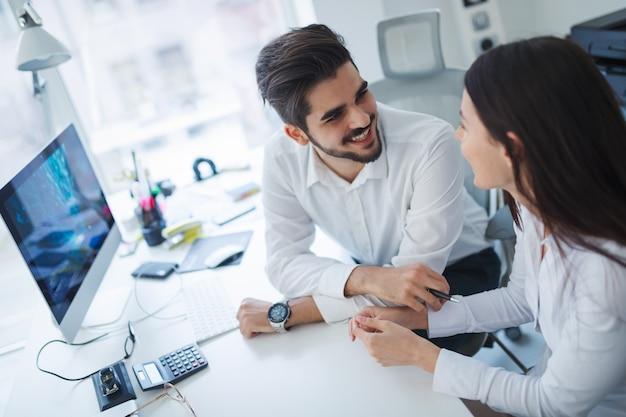 Felizes colegas de trabalho colaborativos discutindo planos futuros