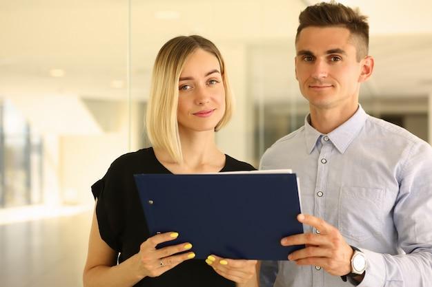 Felizes dois parceiros de negócios em pé no escritório