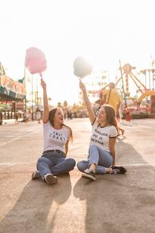 Felizes jovens amigos no parque de diversões