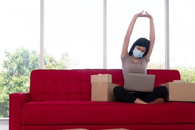 Felizes jovens empresárias asiáticas mascaradas descansam depois de muito trabalho