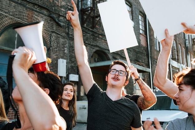 Felizes manifestantes marchando pela cidade