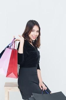 Felizes mulheres asiáticas com sacola de compras