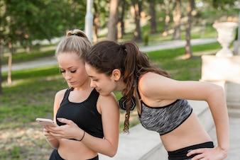 Felizes mulheres jovens depois de treinar no parque