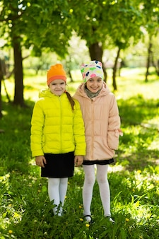Felizes namoradinhas no parque