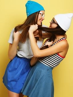 Felizes sorrindo lindas adolescentes ou amigos se abraçando