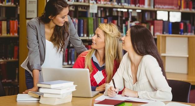 Felizes três estudantes trabalhando juntos