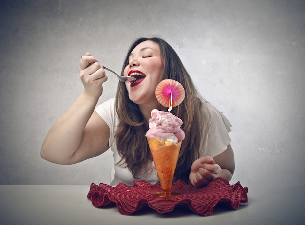 Felizmente tomando sorvete