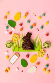 Feltro decorações de páscoa e doces em fundo rosa