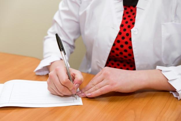 Femafemale mãos close-up segurar a caneta na mão e recordle mãos close-up segurar a caneta na mão e gravar