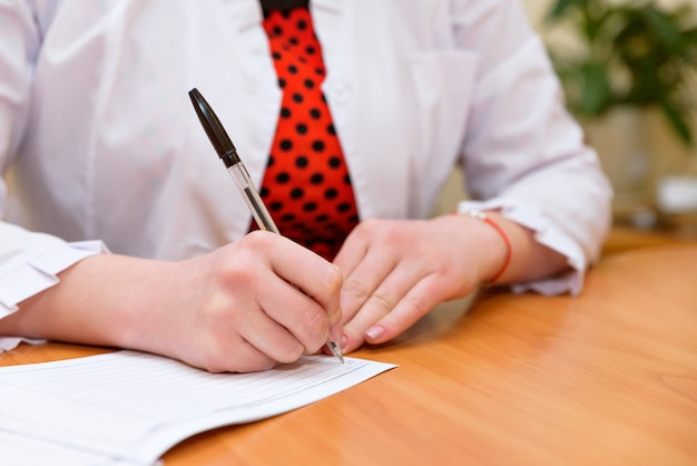 Femafemale mãos close-up segurar a caneta na mão e recordle mãos close-up segurar a caneta na mão e recordands close-up segurar a caneta na mão e gravar