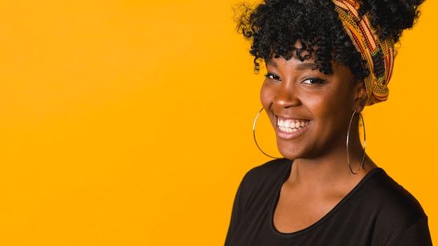 Fêmea afro-americano encaracolado alegre nova no estúdio