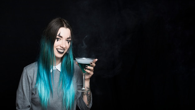 Fêmea alegre com bebida fumarento