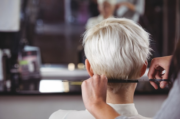 Fêmea, aparando o cabelo